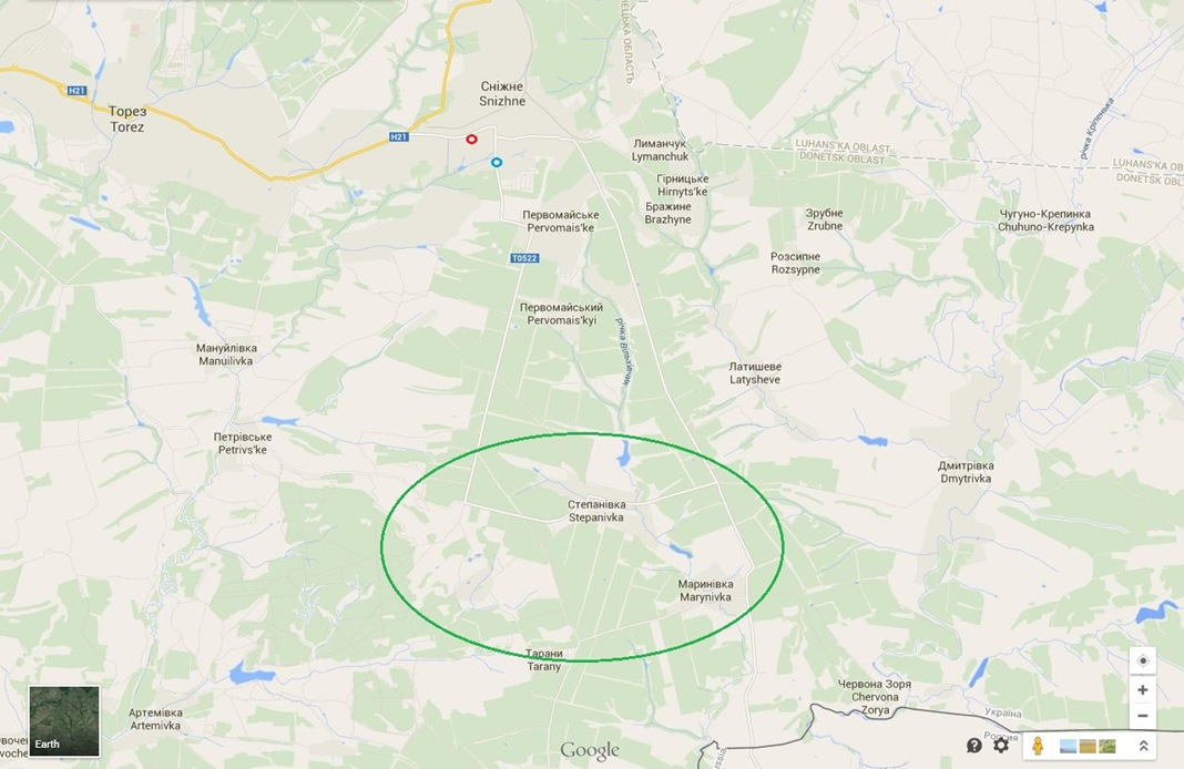 Map of the area south of Snizhne on Google Maps with the conflict area in a green circle, the location of the picture of a Buk M1 missile launcher in a small red circle and the location of the video of a Buk M1 missile launcher in a small blue circle.
