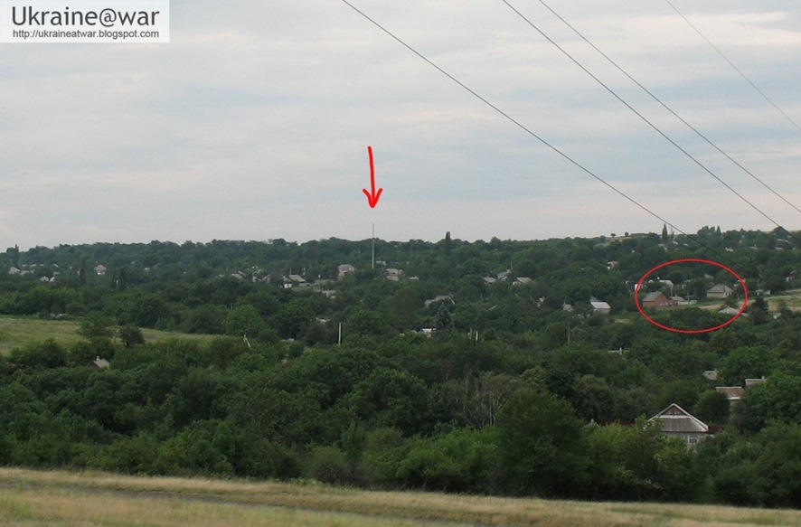 The picture recreated by a resident from the area east of Torez several days after 17 July 2014 with a red arrow pointing to the long light pole (added by Ukraine@war) and houses marked in a red circle (added by Bellingcat)